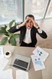Homme d'affaires affolé au travail recherchant criant dans la colère Photo libre de droits