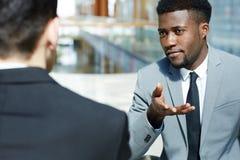 Homme d'affaires africain bel Discussing Work avec des associés photographie stock libre de droits