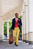 Homme d'affaires africain bel marchant avec le téléphone portable Photo libre de droits