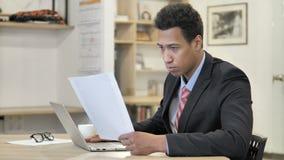 Homme d'affaires africain Reading New Contract au travail clips vidéos