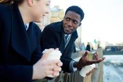 Homme d'affaires africain Talking avec le collègue par la rivière Photo stock