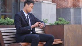 Homme d'affaires africain Using Smartwatch pour passer en revue en ligne banque de vidéos