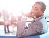 Homme d'affaires d'afro-américain avec des cadres fonctionnant à l'arrière-plan Image stock