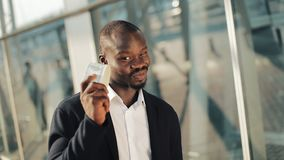 Homme d'affaires d'afro-américain avec l'argent Un homme réussi est heureux au sujet de l'argent L'odeur de l'argent Un homme ric banque de vidéos