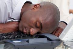 Homme d'affaires afro-américain dormant sur le clavier photographie stock libre de droits