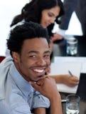 Homme d'affaires afro-américain lors d'un contact Images stock