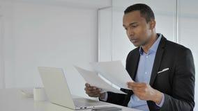 Homme d'affaires afro-américain occasionnel Reading Contract, écritures banque de vidéos