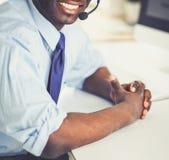 Homme d'affaires d'afro-américain sur le casque travaillant sur son ordinateur portable photographie stock