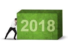 Homme d'affaires américain poussant les numéros 2018 Photographie stock libre de droits