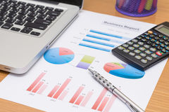 Homme d'affaires analysant des diagrammes d'investissement avec l'ordinateur portable Images libres de droits