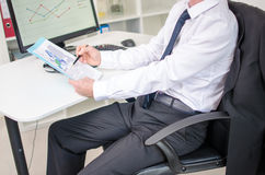 Homme d'affaires analysant des documents Photographie stock