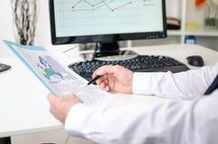 Homme d'affaires analysant des documents Images stock