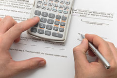 Homme d'affaires analysant des données financières Photos stock