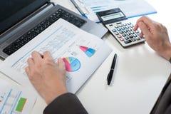 Homme d'affaires analysant le rapport, concept de rendement de l'entreprise Images libres de droits