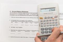 Homme d'affaires analysant les figures financières Image libre de droits