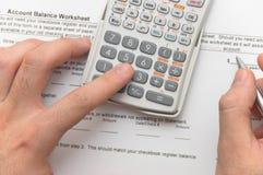 Homme d'affaires analysant les figures financières Photographie stock libre de droits