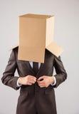 Homme d'affaires anonyme boutonnant sa veste photos stock