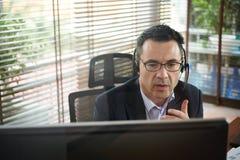 Homme d'affaires appelant au collègue image libre de droits