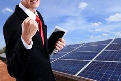 Homme d'affaires appréciant la centrale solaire de travailleur de succès avec ventres image stock