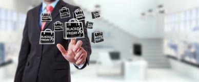 Homme d'affaires appréciant le rendu noir des ventes 3D de vendredi Photographie stock libre de droits