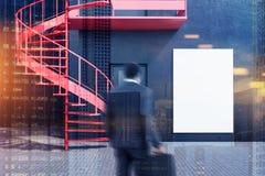 Homme d'affaires approchant une maison noire, affiche images libres de droits