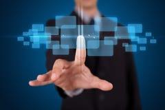 Homme d'affaires appuyant le type de pointe de boutons modernes Image libre de droits