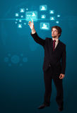 Homme d'affaires appuyant le type social moderne de graphismes Image libre de droits