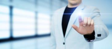 Homme d'affaires appuyant sur le bouton Concept d'affaires d'Internet de technologie d'innovation L'espace pour le texte photos libres de droits