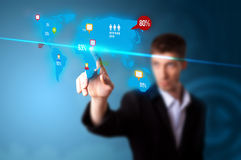 Homme d'affaires appuyant sur le bouton social de medias Image libre de droits