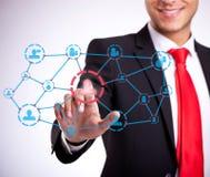 Homme d'affaires appuyant sur les boutons sociaux de réseau Photo libre de droits