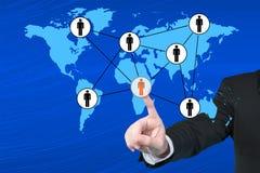 Homme d'affaires appuyant sur les boutons sociaux modernes sur un backgrou virtuel Images stock