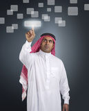 Homme d'affaires Arabe appuyant sur un bouton d'écran tactile Photo libre de droits