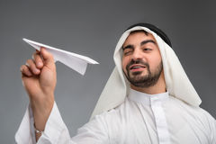 Homme d'affaires arabe avec l'avion de papier Photos libres de droits