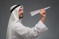 Homme d'affaires arabe avec l'avion de papier Photos stock