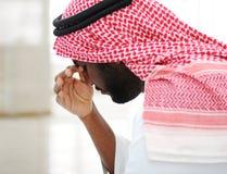 Homme d'affaires arabe chargé Images stock