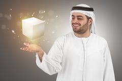 Homme d'affaires Arabe dans la surface adjacente p de réalité virtuelle Images stock