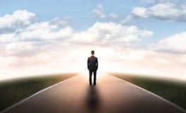 Homme d'affaires arrière de vue marchant tout droit sa manière Photographie stock libre de droits