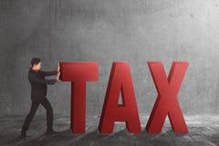 Homme d'affaires asiatique éloignant le texte d'impôts Image libre de droits