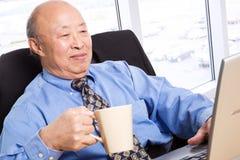 Homme d'affaires asiatique aîné travaillant Photos libres de droits