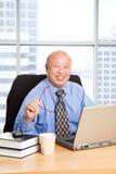 Homme d'affaires asiatique aîné travaillant Photographie stock libre de droits