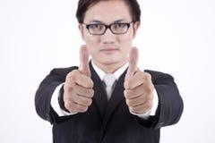 Homme d'affaires asiatique affichant des pouces vers le haut Photographie stock
