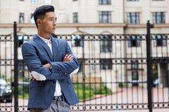 Homme d'affaires asiatique attendant son ami Photo libre de droits