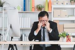 Homme d'affaires asiatique au bureau photos stock