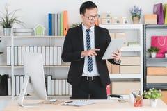 Homme d'affaires asiatique au bureau photographie stock