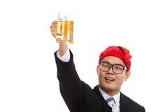 Homme d'affaires asiatique avec des acclamations rouges de chapeau de Noël avec la tasse de l'abeille Images stock