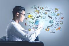 Homme d'affaires asiatique avec le téléphone, media social images libres de droits