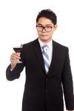 Homme d'affaires asiatique avec le verre de vin rouge Photo libre de droits