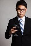 Homme d'affaires asiatique avec le verre de vin rouge Images libres de droits