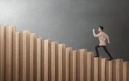 Homme d'affaires asiatique bel marchant vers le haut des escaliers image libre de droits