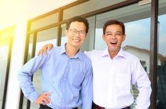 Homme d'affaires asiatique gai image stock